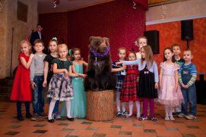 Дрессированный медведь для фотосессии