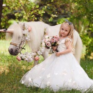 Белый пони-Единорог на праздник